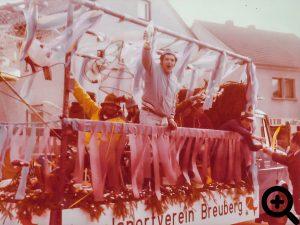 Festwagen des ASV Breuberg im Faschingsumzug am 17.02.1980 in Sandbach.
