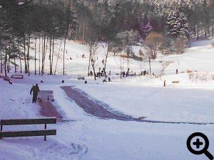 Anfang 2006 trug der See wieder mal eine dicke Eisschicht. Eislauf- und Curling Bahn wurden viel genutzt.