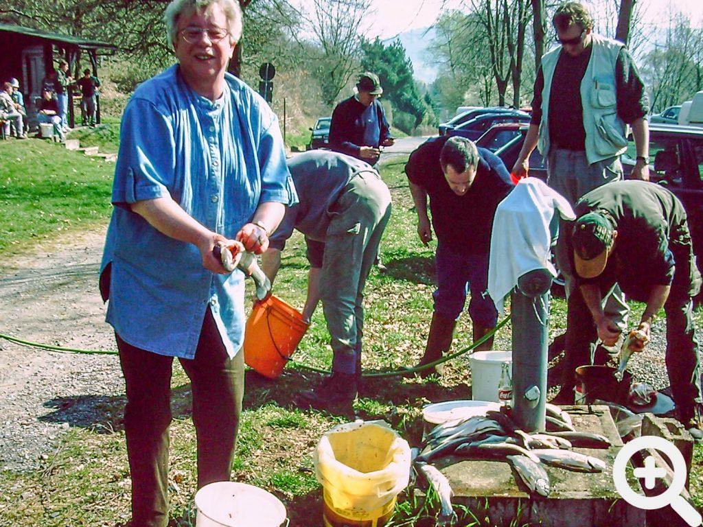Ausnahmsweise wurden die Forellen nach dem Anangeln am 29.03.1998 gleich auf der Wiese am See geputzt.