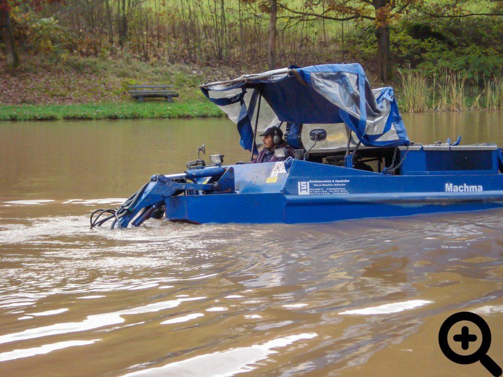 Entschlammung des Sandbacher Sees mit einem Baggerboot am 22.10.2009