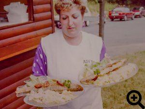Zander mit Kartoffelsalat war der Renner beim Anglerfest am 12.06.1993 am See, unser aktives Mitglied Marietta Bey, war eine feste Größe in unserem Zanderwagen.
