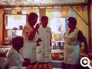 Kurze Pause beim Anglerfest am 15.06.1996 für die vielen freiwilligen Helferinnen. Stehend Anni Luther, Anneliese Dalwigk und Helga Bichelmeier. Ein Mitglied und helfende Ehefrauen.