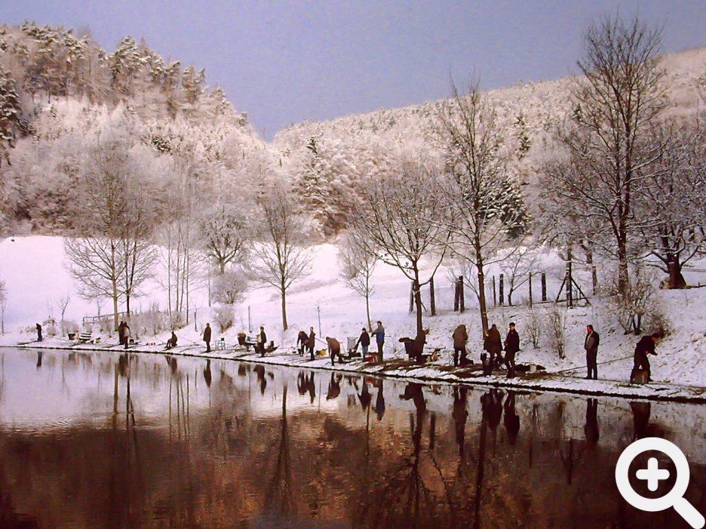 Malerisch im Winterkleid liegt der Sandbacher See in der Morgendämmerung beim Anangeln am 31.03.1996.