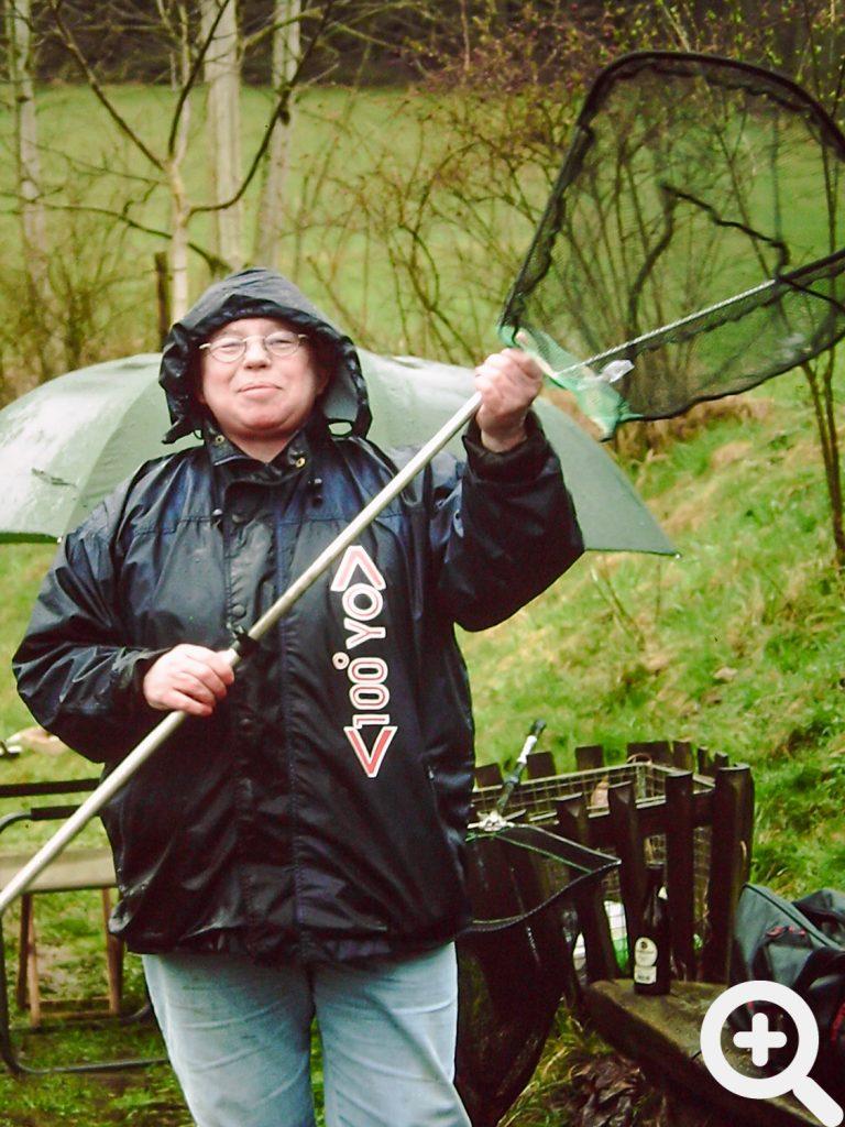 Sichtlich zufrieden packte Vereinsanglerin Ursula Sauer ihr Takle trotz Regen nach dem Anangeln am 28.03.1999 zusammen.