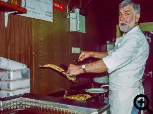 Vereinsurgestein Klaus Hilbert hilft wieder tatkräftig beim Anglerfest am 09.06.2001 im Zanderwagen