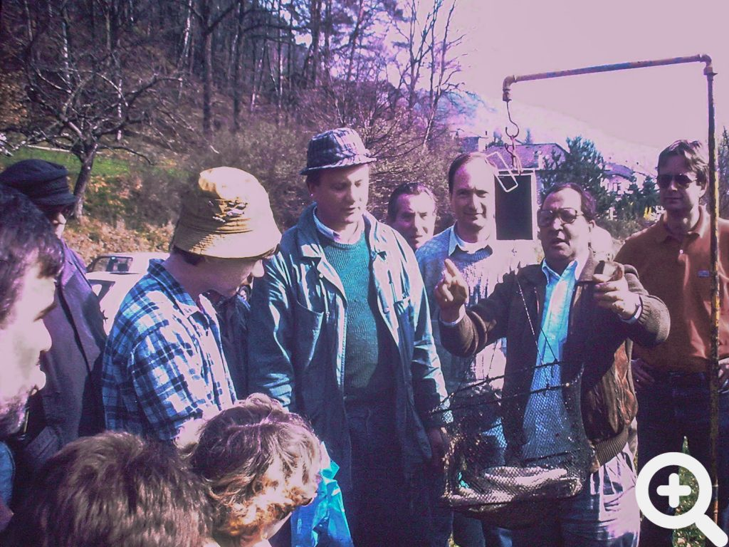 Wiegen der Fische nach dem Anangeln am 18.03.1990 am See