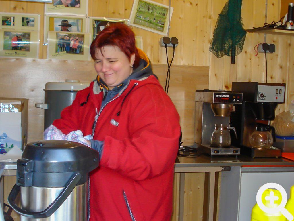 Wie immer zuverlässig, versorgte Carmen Schäfer die Angler beim Abangeln am 24.10.2010 mit dem Wichtigsten am frühen Morgen: Kaffee