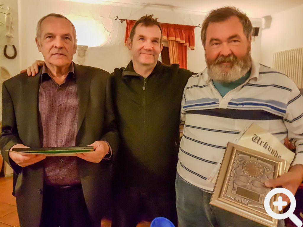 Während der Jahresabschlussfeier 2017 wurden Paul Adam (links) und Friedl Seeger (rechts) für 40 Jahre Mitgliedschaft geehrt. Beide waren Gründungsmitglieder des ASV.