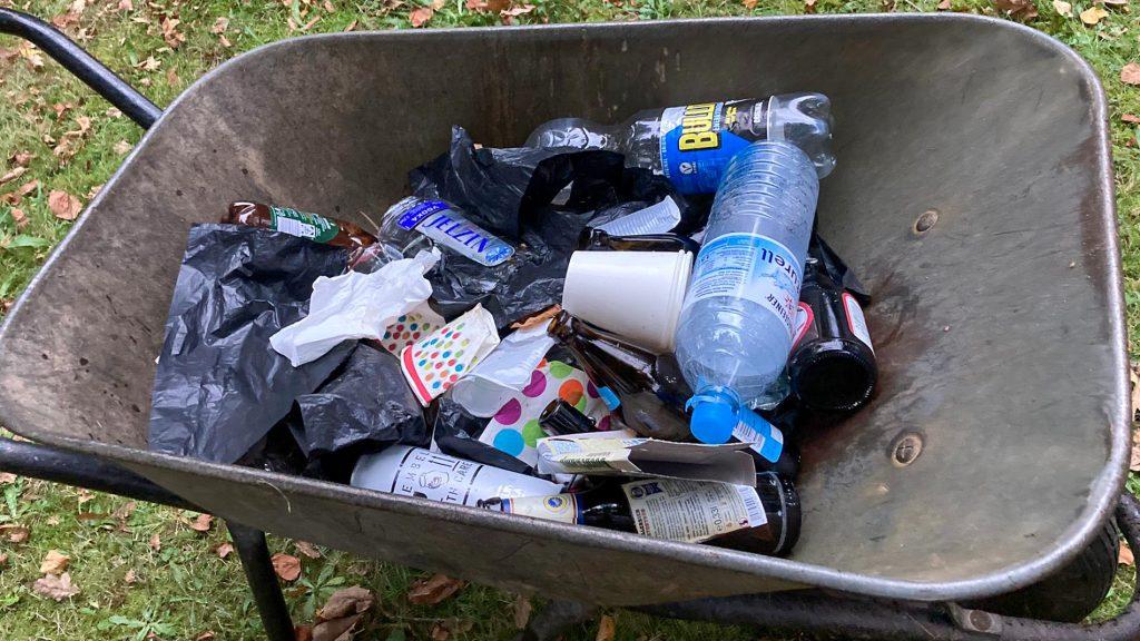 2 Schubkarren voll Müll
